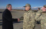 وزير الدفاع التركي أثناء زيارة للحدود التركية السورية يتوعد بعملية شرق الفرات