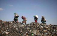 أطفال ينقبون في النفايات لإعالة أسرتهم في إدلب