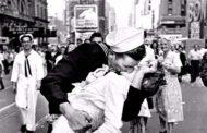 وفاة صاحب أشهر قبلة في يوم النصر