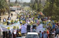الأكراد يتظاهرون أمام قاعدة للتحالف ومقر تابع للأمم المتحدة في شمال سوريا.. لعدم مشاركتهم في الدستور