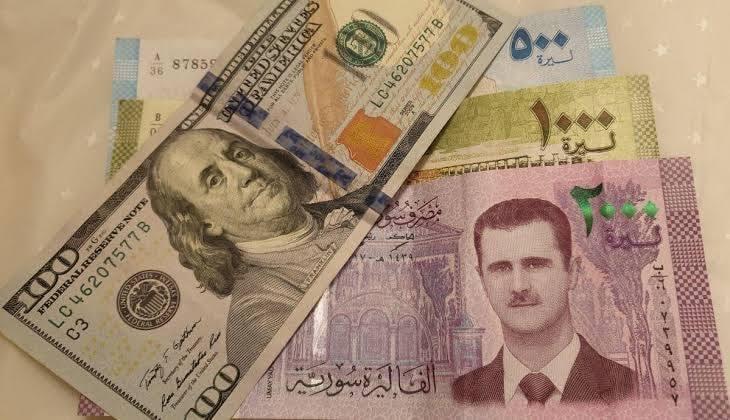 الليرة السورية تتجاوز للمرة الأولى في تاريخها الـ 2400 ليرة مقابل الدولار الواحد