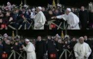 لماذا شدت تلك المرأة يد البابا فرنسيس ؟