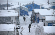 الاحوال الجوية وتساقط الثلوج يزيد من معاناة النازحين في المخيمات بالشمال السوري