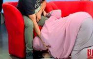 موجة غضب عارمة.. بعد تقبيل سيدة جزائرية لقدم زوجها على الهواء مباشرة!