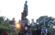 متظاهرون يسقطون تمثال كولومبوس ,وترامب يصفهم باللصوص ومثيري الشغب ..