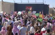 موالون للحكومة السورية يتظاهرون أمام نقطة مراقبة تركية في تل طوقان بإدلب.. والدفاع التركية تعلق