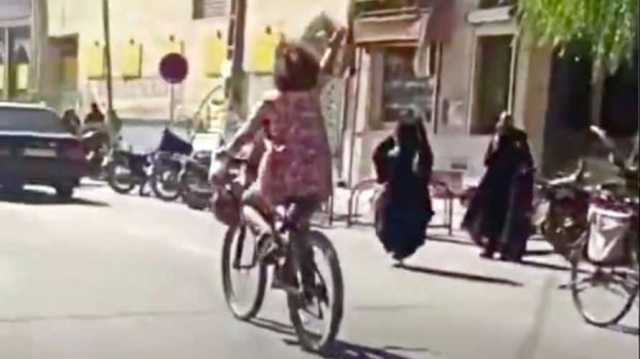 اعتقال شابة في إيران قادت دراجة هوائية دون ارتداء الحجاب..!
