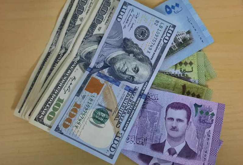 الحكومة السورية تقرر بيع الدولار للتجار والصناعيين بسعر مضاعف للتسعيرة الرسمية