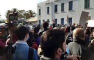 احتجاجات أمام البرلمان التونسي بالتزامن مع التصويت على التعديل الوزاري