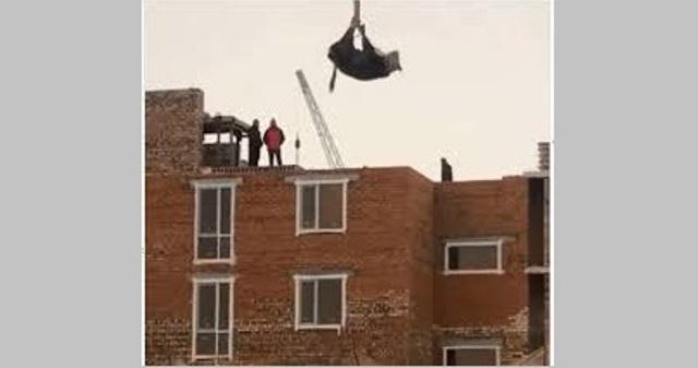 كازاخستان.. بقرة تتدلى في الهواء والشرطة تلاحق المتورطين