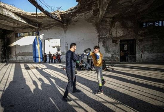 سوري يحول أنقاض مبنى في مدينة الأتارب إلى صالة رياضة