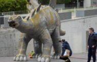 الشرطة الإسبانية تعثر على جثة رجل داخل تمثال ديناصور...